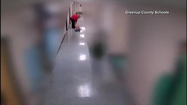 [TLMD - LV] Maestra arrastra a niño autista en la escuela