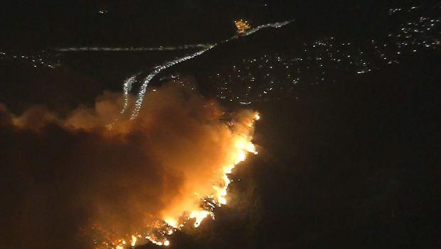 Surge incendio cerca de la Autopista 405 y el Museo Getty