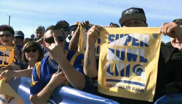 Fanáticos de los Rams lucen su amor de pies a cabeza