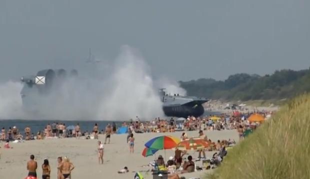 Video: Impactante: un barco atraca en la playa