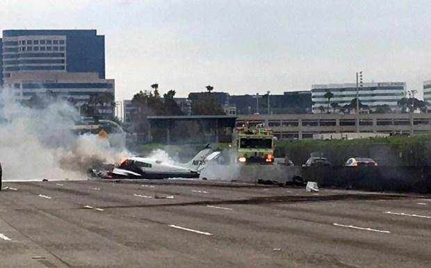 Galería: Avioneta se estrella en la Autopista 405 en el Condado de Orange