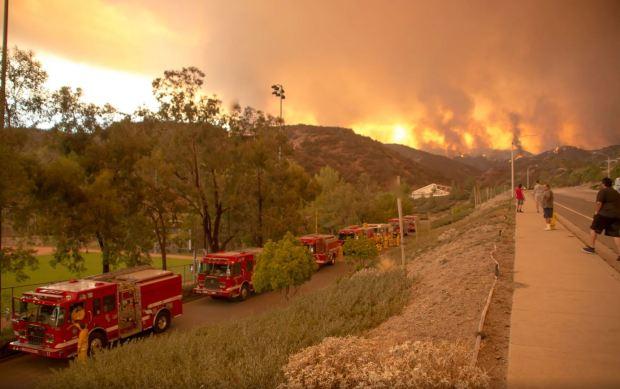Bomberos defienden del Incendio Holy hogares en condados de Orange y Riverside