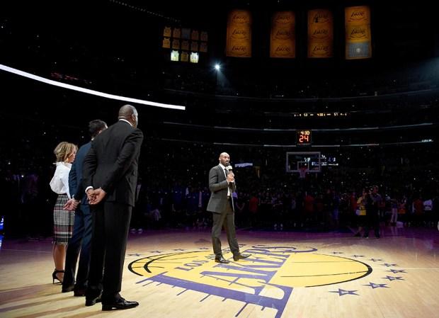 Los Lakers retiran camisetas de Kobe Bryant números 8 y  24