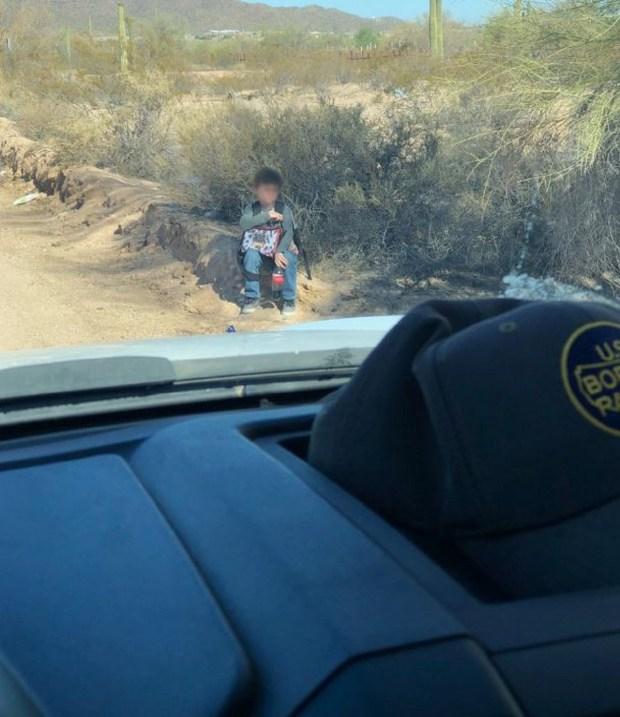 La odisea de los inmigrantes detenidos en el desierto caluroso
