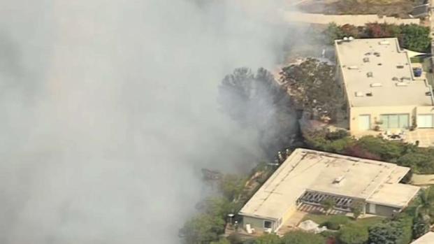 [TLMD - LA] Incendio de maleza amenaza residencias en Pacific Palisades