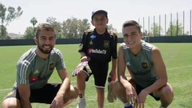 Niño cumple sueño de conocer a jugadores de LAFC