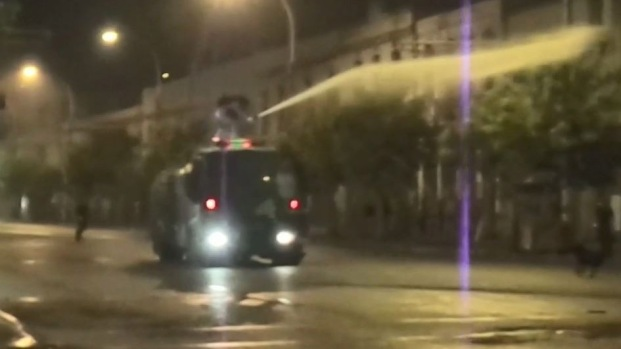 """Viral: manifestante atrevido daña 'tanqueta lanza agua"""" en Chile"""