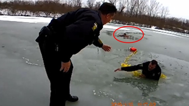 Video: oficiales caen en estanque congelado durante operativo de rescate