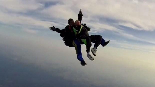 Abuelita de casi 80 se lanza en paracaídas y dice querer más