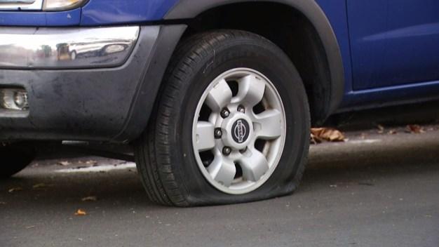 Vandalizan decenas de llantas de autos estacionados