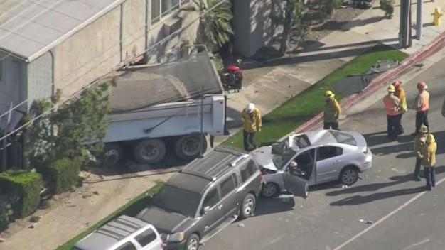 Camión se estrella contra apartamento en Pacoima