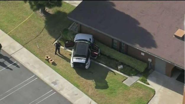 Chofer estrella su auto contra pared de iglesia