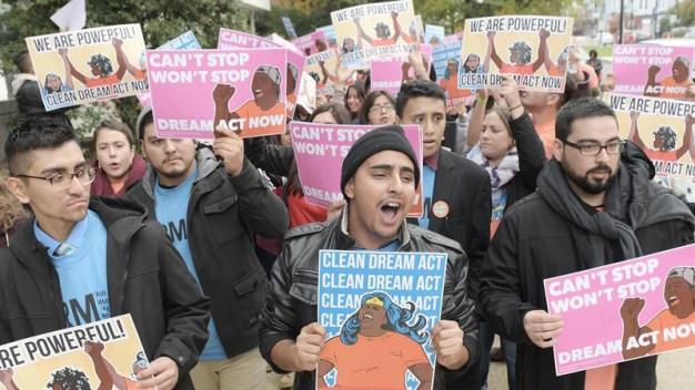 Otro juez bloquea decisión de Trump de poner fin a DACA