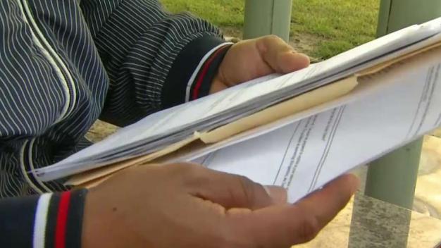 Decomisan documentos de personas que fueron estafadas por abogada falsa