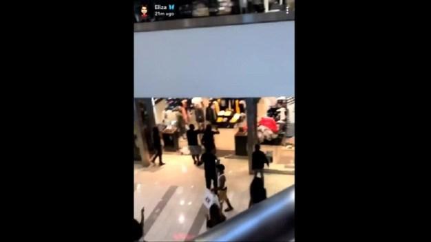 Confunden ventana rota por disparos durante pelea en centro comercial