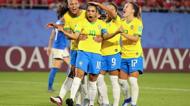Brasil logra dramático triunfo sobre Italia y asegura su clasificación
