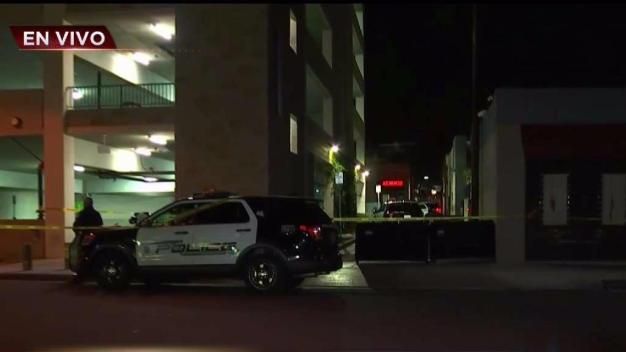 Muere una mujer al caer de edificio de estacionamiento
