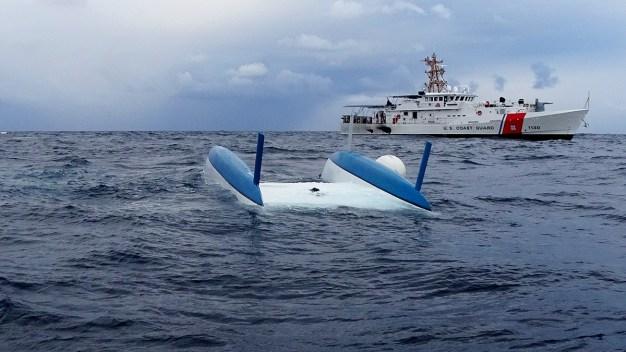 Guardia Costera rescata a náufragos de catamarán