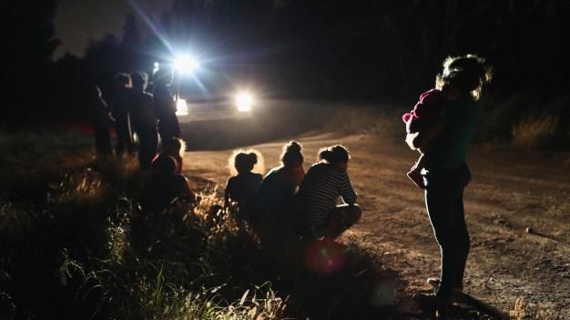 En medio de protestas, reúnen a niños con sus familias