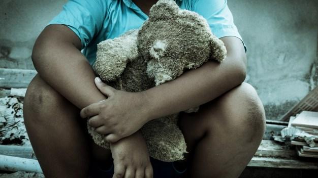 Este niño heredó millones pero vive en la pobreza