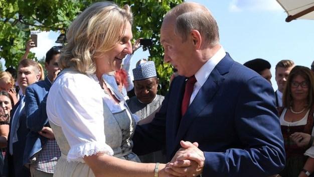 En video: Putin sorprende como bailarín en una boda