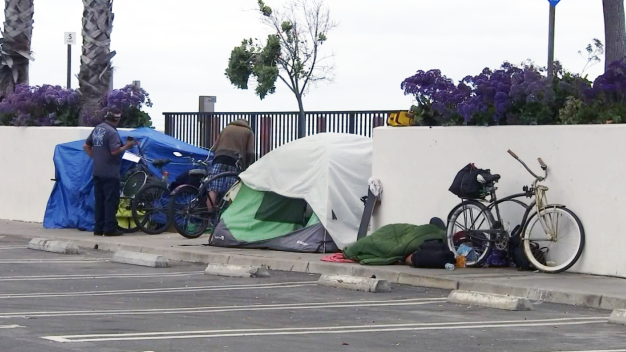 Desalojan a indigentes en playas de San Clemente