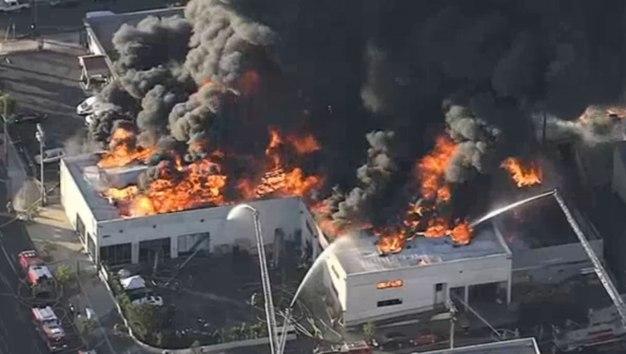 Incendio destruye edificio comercial en Glassell Park