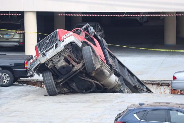 Se lo tragó: camión cae en inmenso hoyo en estacionamiento