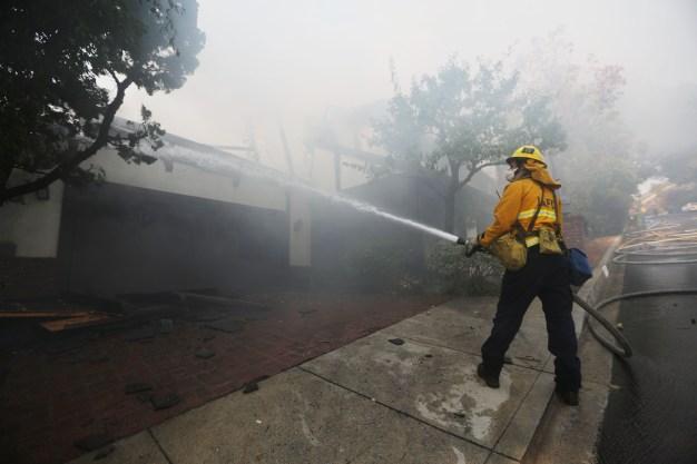 Avanzan labores de contención en Incendio Skirball