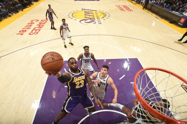 Lakers ganan a Kings 99-97 con tapón de Davis sobre bocina
