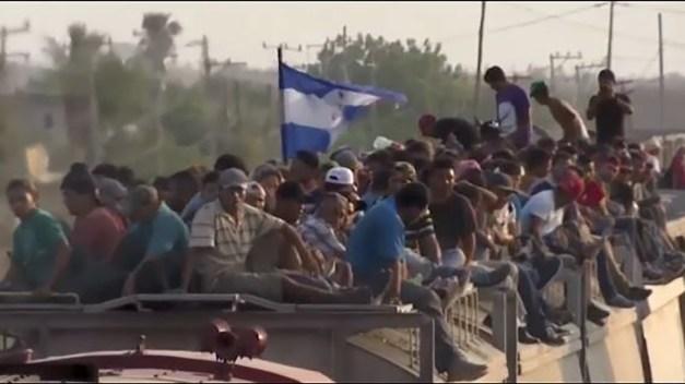 """Migrantes reviven el peligro de """"La Bestia"""" tras redada"""