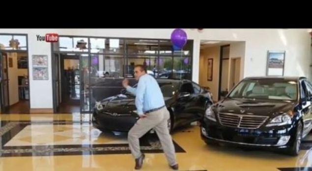 Video: Vende un auto y baila enloquecido