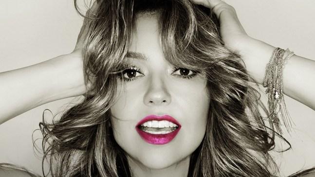Thalía se lanza al público en inicio de gira