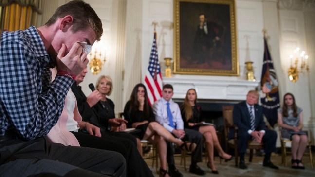 Trump sugiere armar a maestros en charla con alumnos