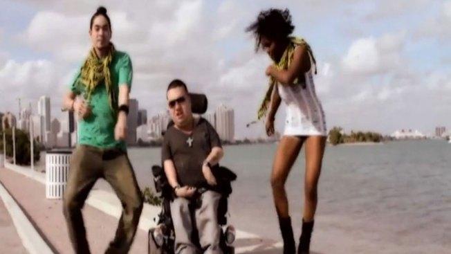 Cantante va tras el éxito en su silla de ruedas