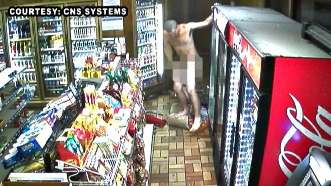 Policía: drogado y desnudo destroza gasolinera