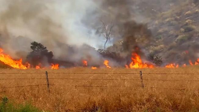 Cancelan evacuaciones por incendio en Riverside