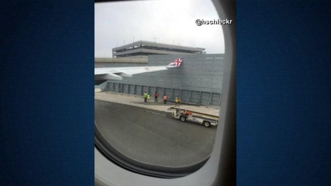 Avión golpea con un ala una valla de aeropuerto