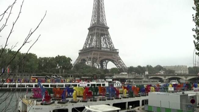 "Original ""Arca de Noé"" navega en París"