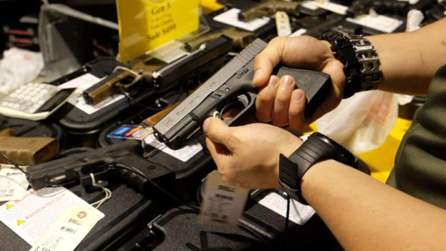 Legislador quiere obligar a mayores de edad a tener armas