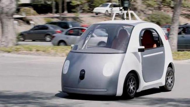 Auto sin conductor de Google choca con autobús