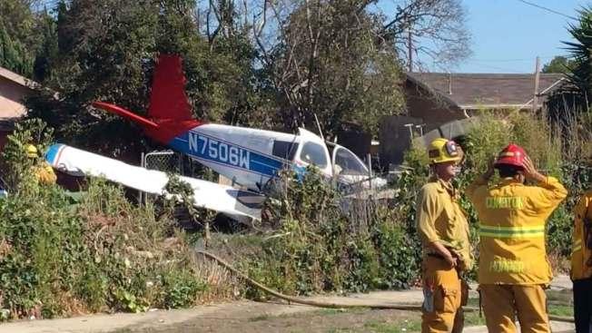 Avioneta se estrella en el jardín de una casa
