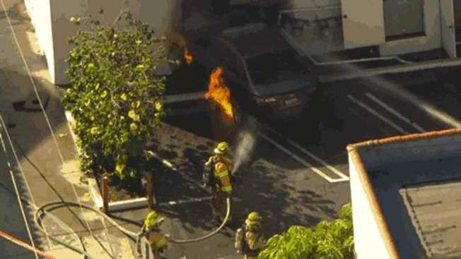 Carro y negocio arden en llamas