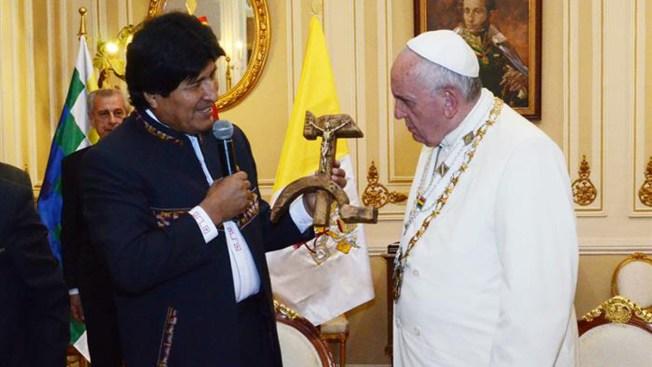 Evo Morales entrega curioso regalo al Papa