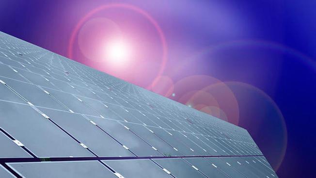 Estudiantes ayudan a familias para instalar páneles solares