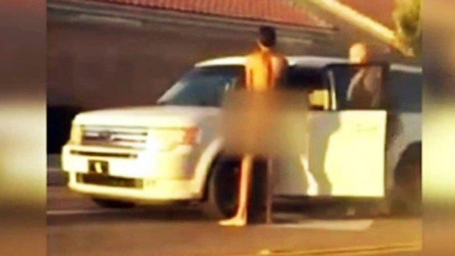 Hombre desnudo incita al caos en plena calle
