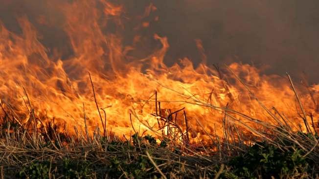 Despliegue de bomberos por dos incendios de maleza