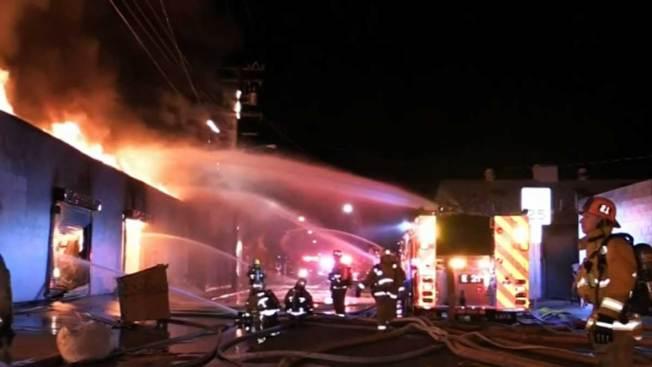 Voraz incendio destruye varios edificios