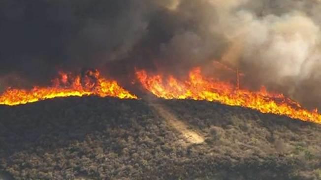 Incendio amenaza a Fullerton y La Habra
