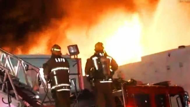 Incendio arrasa con edificio en San Pedro